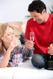 Couples célébrant la maison neuve Photos stock