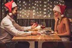 Couples célébrant la nouvelle année Photographie stock libre de droits