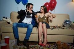 Couples célébrant la nouvelle année Photos stock
