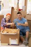 Couples célébrant la nouvelle maison avec le champagne Photos stock