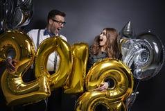 Couples célébrant la veille du ` s de nouvelle année Photographie stock
