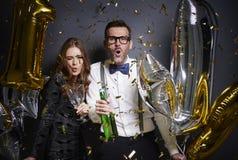 Couples célébrant la veille du ` s de nouvelle année Photo stock