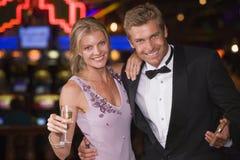 Couples célébrant le casino intérieur Photos libres de droits
