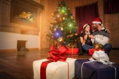 Couples célébrant le jour de Noël et de nouvelle année Photos libres de droits