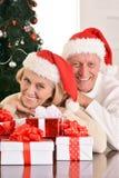 couples célébrant Noël à la maison Image libre de droits