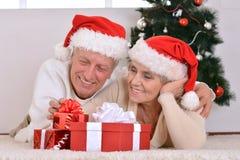 couples célébrant Noël à la maison Images libres de droits