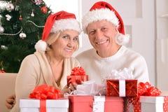 couples célébrant Noël à la maison Photos libres de droits
