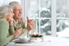 Couples célébrant Noël avec le champagne Image stock
