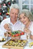 Couples célébrant Noël avec le champagne Photo stock