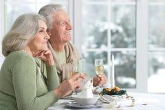 Couples célébrant Noël avec le champagne Photo libre de droits