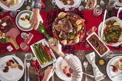 Couples célébrant Noël ou nouveau proche Photos stock
