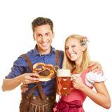 Couples célébrant Oktoberfest Photographie stock libre de droits