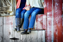 Couples à côté de la vieille grange tenant des mains Images libres de droits