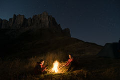 Couples campant la nuit Photos libres de droits