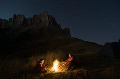 Couples campant la nuit photos libres de droits