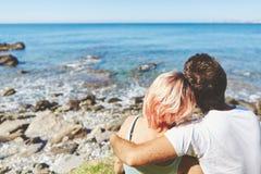 Couples caressant au bord de la mer Photos stock