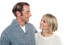 Couples caucasiens âgés moyens dans l'amour Image libre de droits