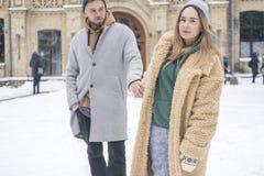 Couples caucasiens élégants de l'homme et de la femme waling dans l'Européen Photos stock