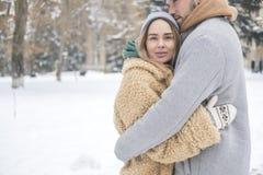 Couples caucasiens élégants de l'homme et de la femme waling dans l'Européen Image stock