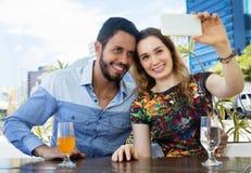 Couples caucasiens d'amour dans les vacances prenant le selfie avec le téléphone extérieur pendant l'été Images stock