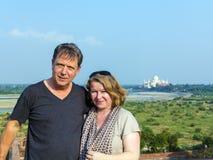 Couples caucasiens dans l'amour avec Taj Images libres de droits