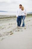 Couples caucasiens dans l'amour sur la plage Photo stock