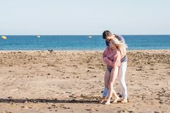 Couples caucasiens gentils dans des loisirs de vacances extérieurs appréciez et souriez dans l'amour ensemble jouant et étreignan images stock