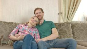 Couples caucasiens heureux à l'intérieur banque de vidéos