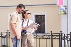 Couples caucasiens heureux et positifs voyageant avec la valise de chariot Images libres de droits