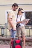 Couples caucasiens heureux et positifs voyageant avec le costume de chariot Photo stock