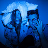 Couples caucasiens observant le film effrayant Photos stock