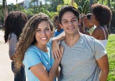 Couples caucasiens riants extérieurs avec des amis pendant l'été Photographie stock