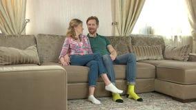 Couples caucasiens se reposant sur le sofa banque de vidéos
