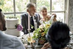 Couples caucasiens supérieurs reposant ensemble gai photos stock