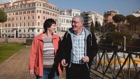 Couples caucasiens supérieurs romantiques heureux marchant ensemble souriant et parlant des vacances au bel automne Rome, Italie banque de vidéos