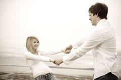 Couples caucasiens sur la plage Images stock
