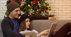 Couples caucasiens utilisant le comprimé banque de vidéos
