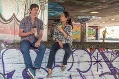 Couples causant dans Skatepark Image libre de droits