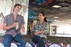 Couples causant dans Skatepark Photographie stock
