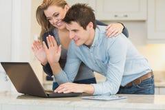 Couples causant par l'intermédiaire du webcam Images stock