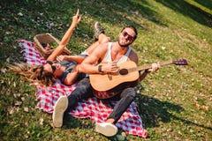 Couples chantant et dansant en parc Photographie stock libre de droits