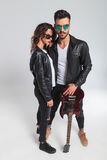 Couples chauds de rock dans les vestes en cuir et des lunettes de soleil Photos libres de droits