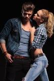 Couples chauds posant pour l'appareil-photo Photographie stock libre de droits
