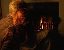 Couples (cheminée derrière) Images stock