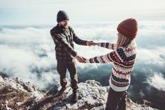 Couples chez l'homme et la femme d'amour marchant en montagnes Photo libre de droits