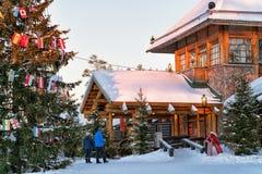 Couples chez Santa Claus Village avec des arbres de Noël Laponie image stock