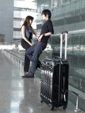 Couples chinois asiatiques attendant à l'aéroport Photos stock