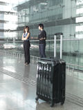 Couples chinois asiatiques discutant à l'aéroport Image libre de droits