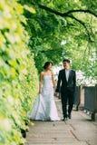 Couples chinois de mariage se tenant dans l'allée Photos libres de droits