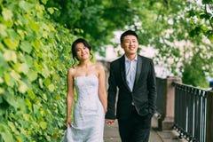 Couples chinois de mariage se tenant dans l'allée Photographie stock